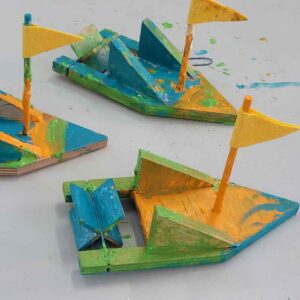 סירת עץ - ילדים בונים בעץ ומקשטים
