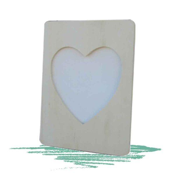 מסגרת עץ בצורת לב
