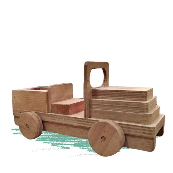 ילדים בונים ג'יפ מעץ